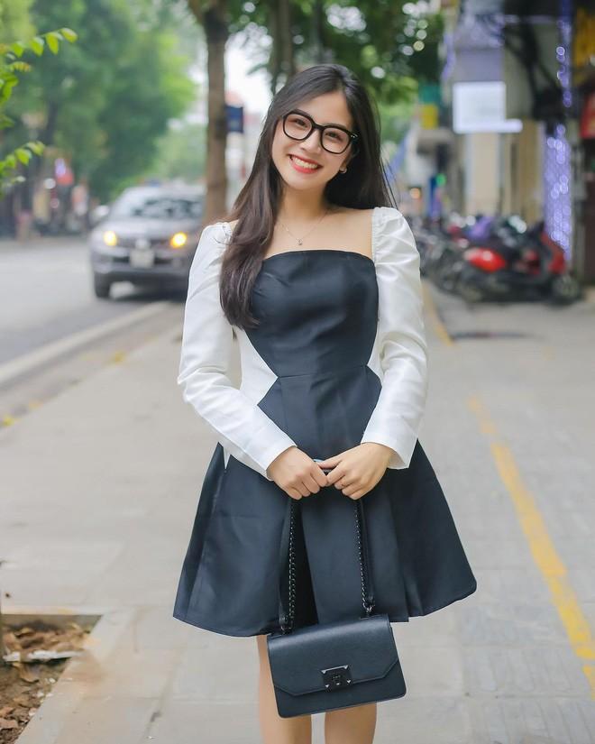 Gai xinh xuat hien chung livestream voi co giao Minh Thu la ai?-Hinh-4