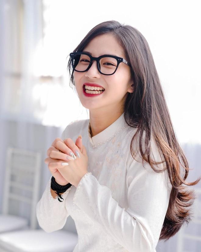 Gai xinh xuat hien chung livestream voi co giao Minh Thu la ai?-Hinh-5