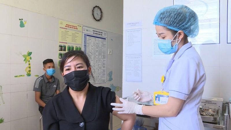 Quang Ninh day nhanh tien do tiem vac xin phong COVID-19, tao mien dich cong dong-Hinh-4
