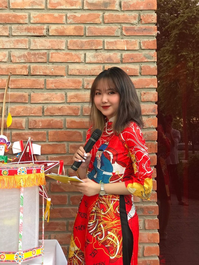 """Thanh Nhan - Nu sinh truong Luat """"chay"""" het minh voi nghe cam mic-Hinh-9"""