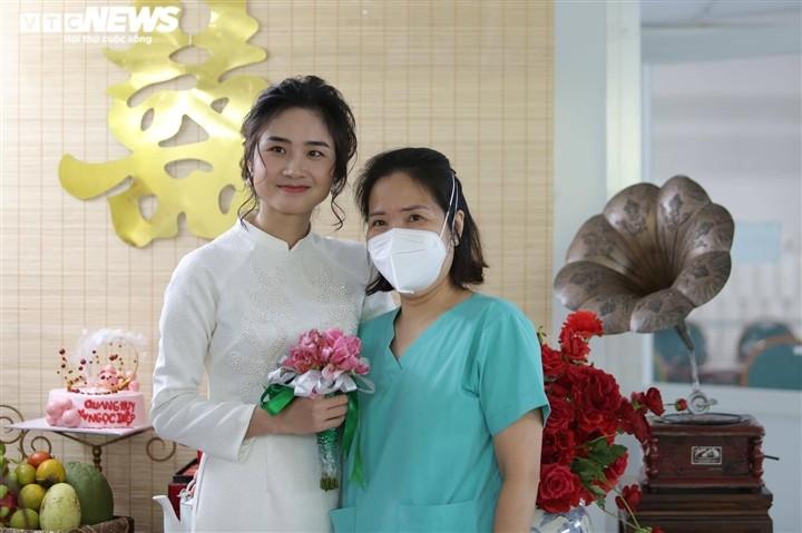 Dam cuoi qua dien thoai cua dieu duong Ha Noi tai BV da chien TPHCM-Hinh-2