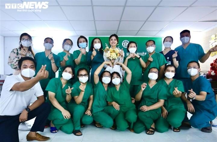 Dam cuoi qua dien thoai cua dieu duong Ha Noi tai BV da chien TPHCM-Hinh-4