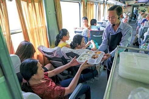 """Tang suat an """"hang khong"""", duong sat co keo khach tro lai?"""