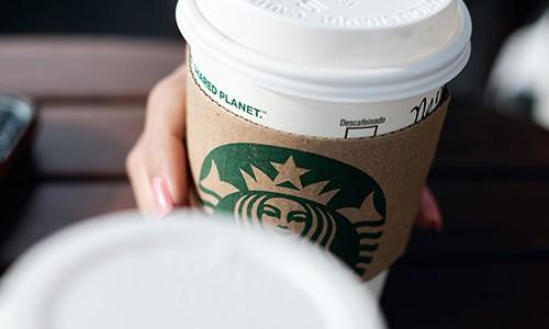 Nhan vien Starbucks pha che do uong khien khach hang di ung nang voi cac loai hat