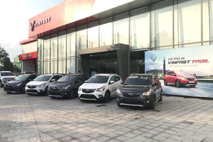 Hon 2.700 xe oto VinFast den tay khach Viet thang 4/2021