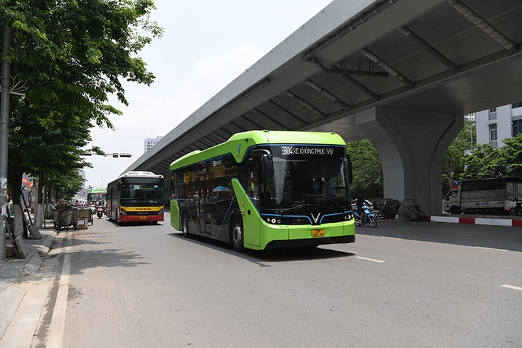 VinBus chay dien lan dau lan banh tren duong pho Ha Noi-Hinh-9