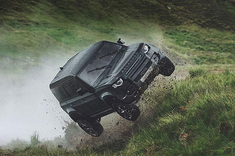 Range Rover Sport SVR va bai test tren