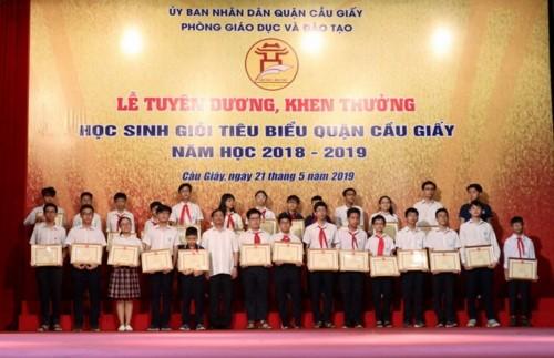 Vu trao phan thuong ben trong la giay: Chi la bien phap bao ve hoc sinh-Hinh-2