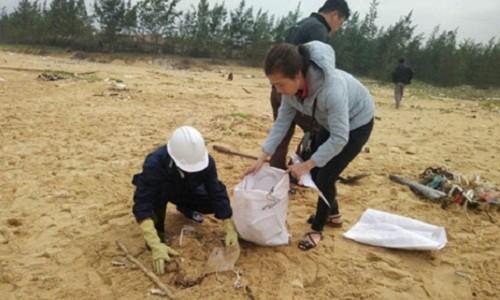 Thu gom 200 tan rac tap vao bo bien Quang Nam-Hinh-6