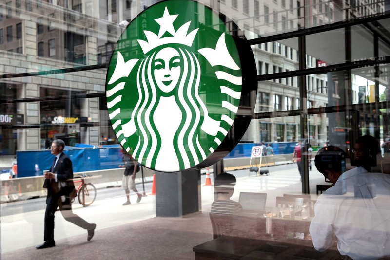 Starbucks bi kien vi dung hoa chat doc trong cua hang
