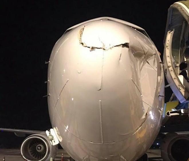 May bay Vietnam Airlines ha canh o Noi Bai suyt va phai vat the la