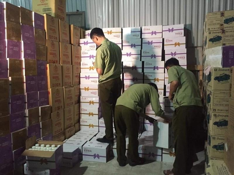 Dot kich, pha kho hang 38.000 chai sua chua Trung Quoc giua Ha Noi