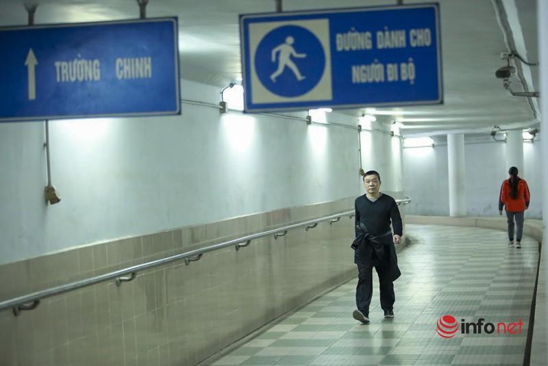 Tranh ret, nguoi Ha Noi 'chui' xuong ham duong bo tap the duc-Hinh-3