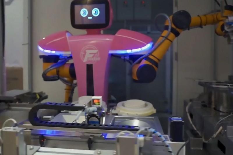 Dot nhap nha hang co robot phuc vu khien khach hang chen chan dat cho-Hinh-2