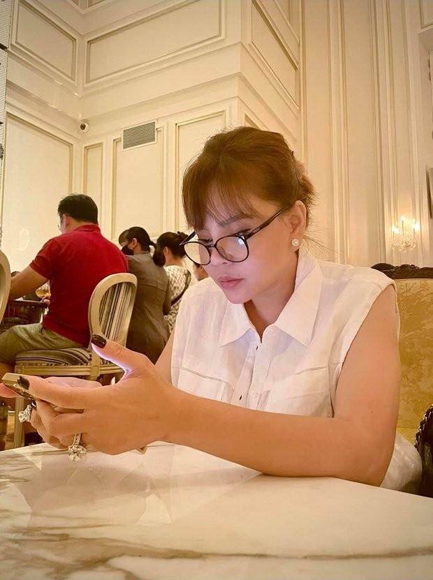 Le Giang khoe anh song ao, fan do don chu y 2 nhan kim cuong