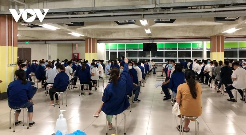 Hon 10.000 nguoi lao dong tai KCN Quang Chau, Bac Giang lay mau xet nghiem trong dem-Hinh-2