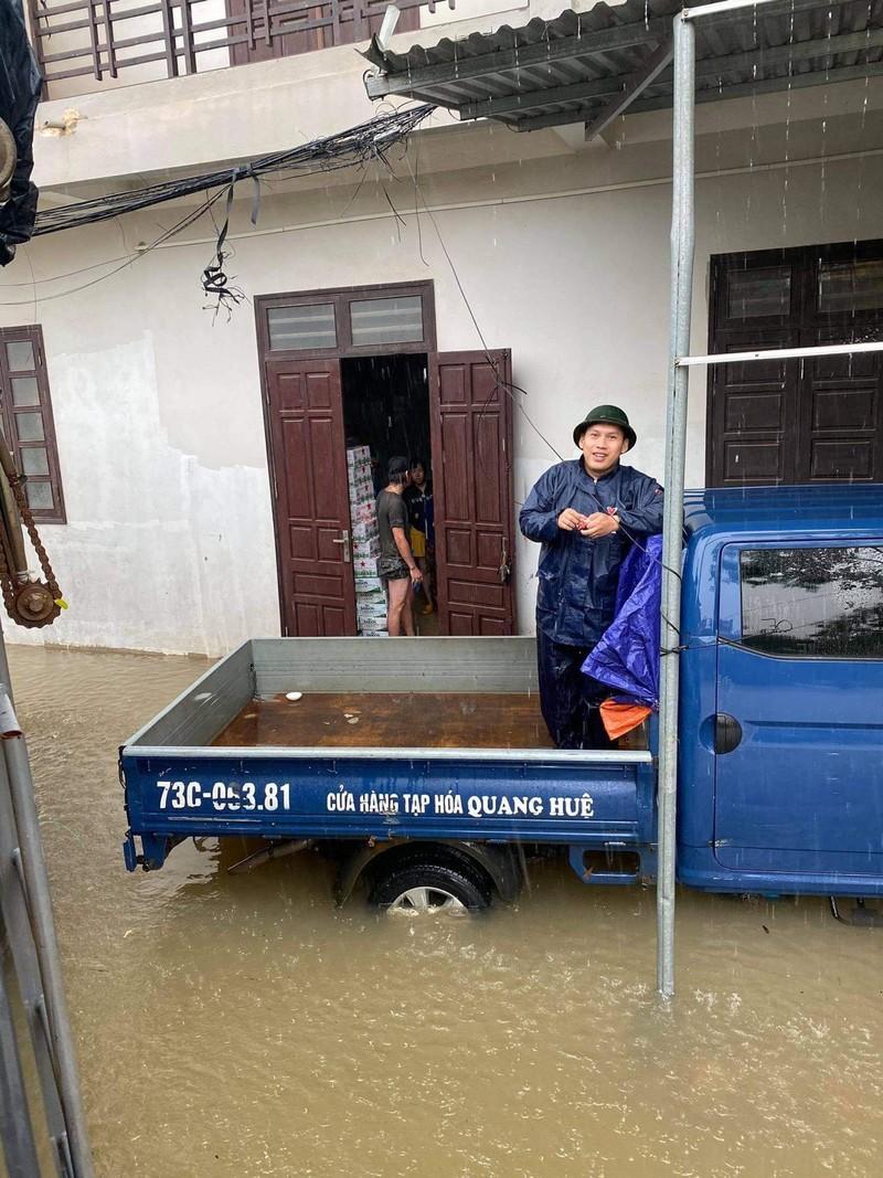 Nguoi dan o ron lu Quang Binh tiep te do an cho y, bac si o Bac Giang-Hinh-3