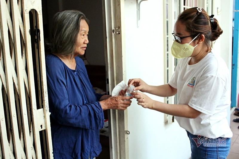 Nguoi Sai Gon go cua tung nha tang khau trang, chung tay phat com 0 dong-Hinh-2