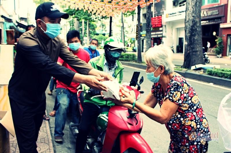 Nguoi Sai Gon go cua tung nha tang khau trang, chung tay phat com 0 dong-Hinh-3