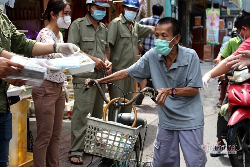 Nguoi Sai Gon go cua tung nha tang khau trang, chung tay phat com 0 dong-Hinh-4