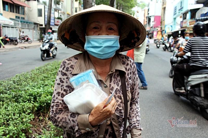 Nguoi Sai Gon go cua tung nha tang khau trang, chung tay phat com 0 dong-Hinh-5