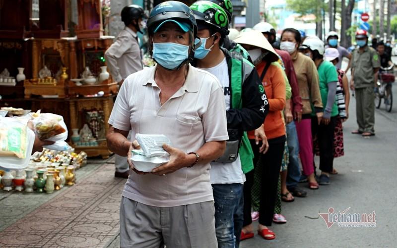 Nguoi Sai Gon go cua tung nha tang khau trang, chung tay phat com 0 dong-Hinh-6