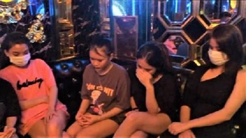 13 nguoi trong quan karaoke duong tinh voi ma tuy
