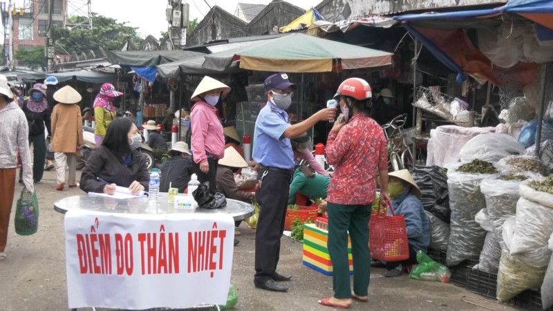Di cho bang tem phieu: Nguoi mua, ban luu y gi de khong bi phat?-Hinh-2