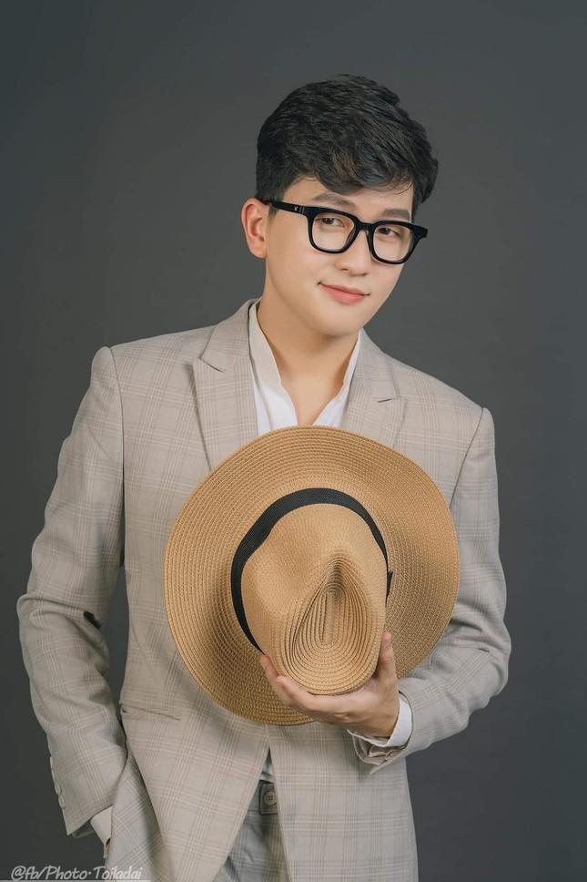 Vu Hoang gay bao mang xa hoi voi net dien trai cuon hut
