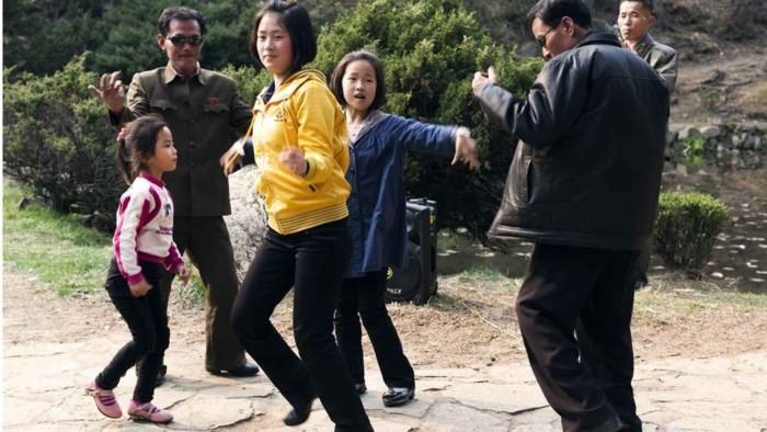 Loạt ảnh hiếm về cảnh 'ăn chơi' hằng ngày ở Triều Tiên - Ảnh 2