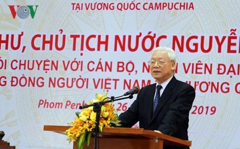 Tong Bi thu, Chu tich nuoc gap cong dong nguoi Viet Nam tai Campuchia
