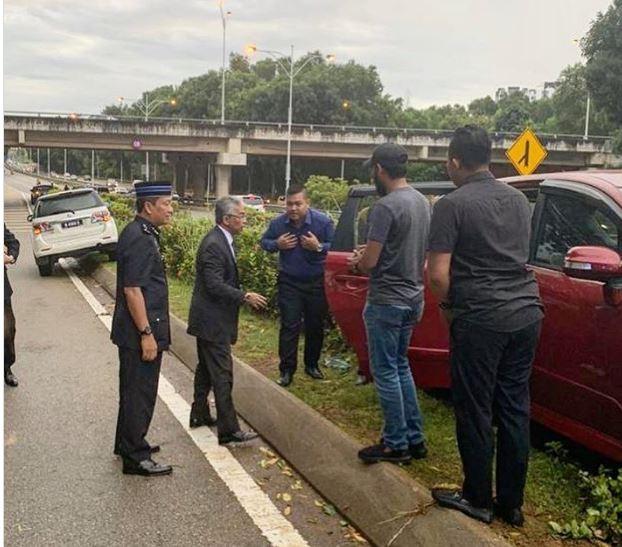 Buc anh Vua Malaysia dung xe, ho tro nguoi bi tai nan giao thong gay 'sot'