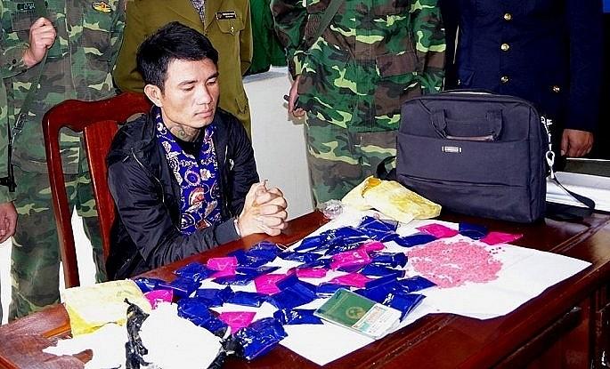 Bat doi tuong van chuyen gan 10.000 vien ma tuy tu Lao ve Viet Nam