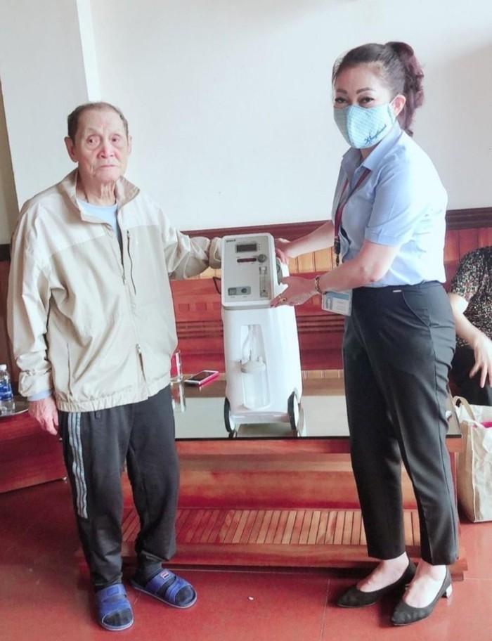 Cu ong 90 tuoi tang may tho cho UBND phuong chong Covid-19