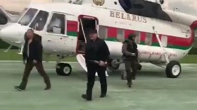 Tong thong Belarus cam sung truong giua lan song bieu tinh, Nga noi gi?