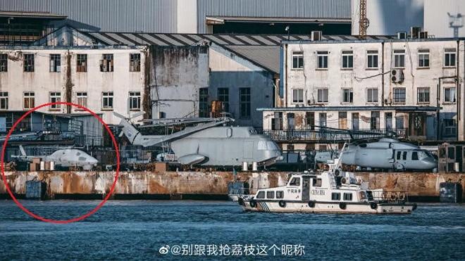 Truc thang khong nguoi lai xuat hien gan tau do bo Type-075 Trung Quoc