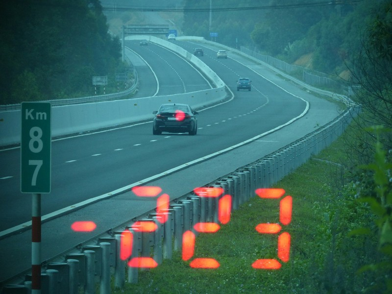Xe BMW chay 223 km/h tren cao toc