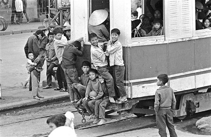 Anh de doi nhung chuyen tau dien o Ha Noi nam 1973-Hinh-4