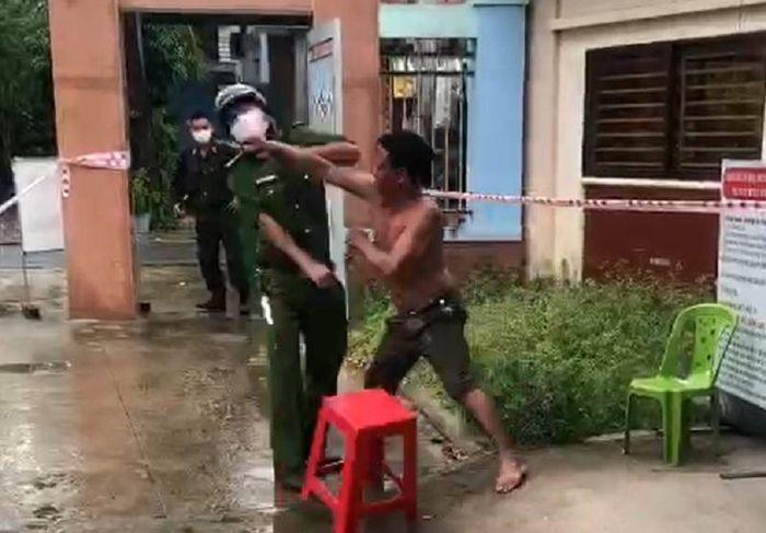 Video: Nguoi dan ong dam thang vao mat cong an vi bi nhac deo khau trang