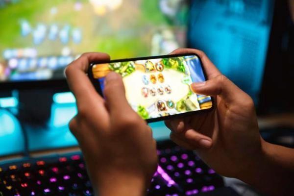 Ong bo Ha Noi 'dap nat' iPhone, cho con nghi hoc online