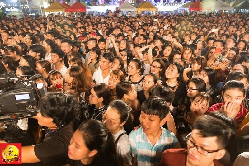 Le hoi Pho hang nong: Gioi tre hao huc cho cap doi Big Daddy – Emily-Hinh-4