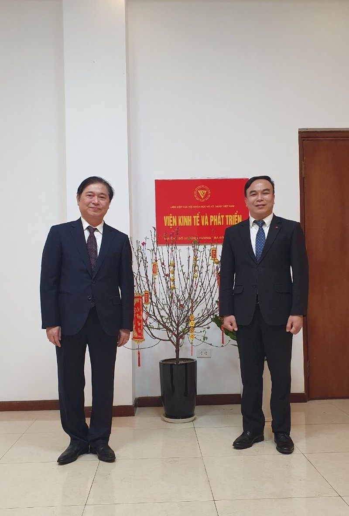 Chu tich VUSTA Phan Xuan Dung chuc Tet can bo, nhan vien Vien Kinh te va Phat Trien-Hinh-2
