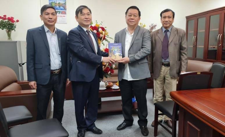 Chu tich VUSTA Phan Xuan Dung tham, chuc mung tan Truong ban Tuyen giao Trung Uong-Hinh-2