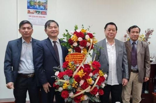 Chu tich VUSTA Phan Xuan Dung tham, chuc mung tan Truong ban Tuyen giao Trung Uong