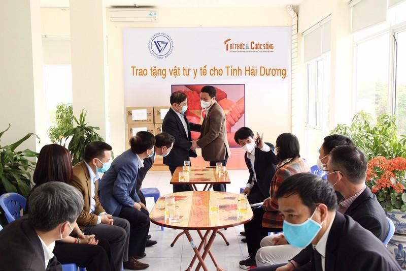 COVID-19: Chu tich VUSTA Phan Xuan Dung trao tang tinh Hai Duong vat tu y te-Hinh-2