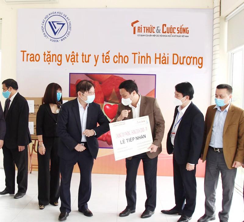 COVID-19: Chu tich VUSTA Phan Xuan Dung trao tang tinh Hai Duong vat tu y te-Hinh-4