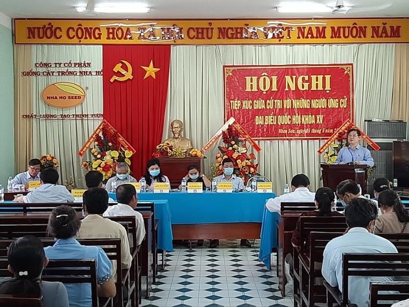 Chu tich VUSTA Phan Xuan Dung va cac ung vien DBQH khoa XV tiep xuc voi cu tri huyen Ninh Son