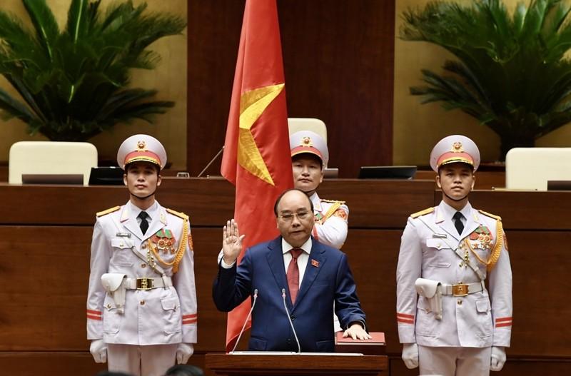 Doan dai bieu Quoc hoi chuc mung Chu tich nuoc Nguyen Xuan Phuc