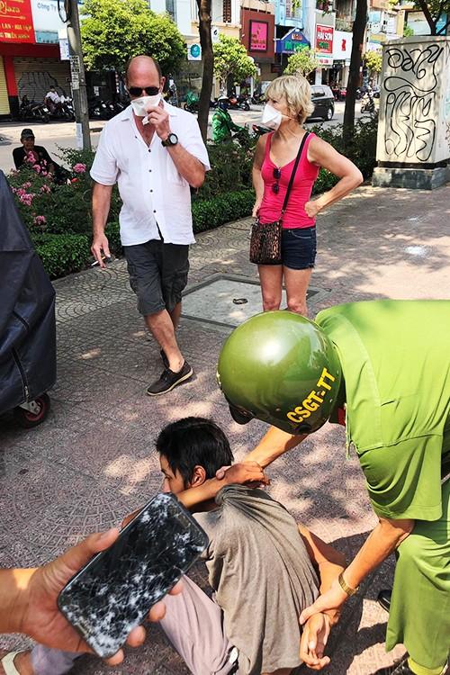 Thieu nien 16 tuoi dung dao tan cong vo chong du khach Phap