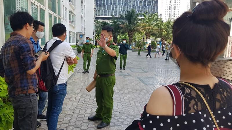 Canh sat 'nhap vai' tien si Bui Quang Tin trong buoi thuc nghiem lai hien truong-Hinh-4